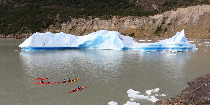kayak_grey_lake_icebergs